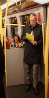 Österreichs Staatspräsident Alexander van der Bellen in der Wiener U-Bahn.