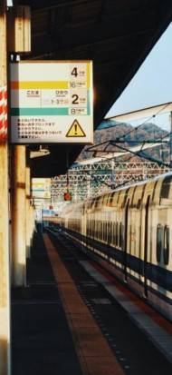 Leere Bahnsteige auch in Japan. Aber wahre Eisenbahnfans lassen sich davon nicht abschrecken.