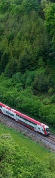 Ein Zug der CFL fährt durch Luxemburg.