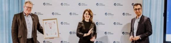 Sara Valipour, Cem Özdemir und Dirk Flege bei der Preisverleihung für den Clara Jaschke Innovationspreis